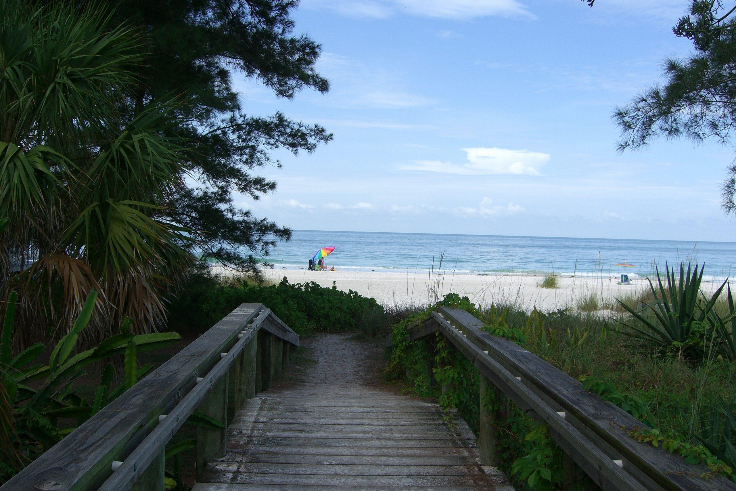 Walk to the beach cottages anna maria island